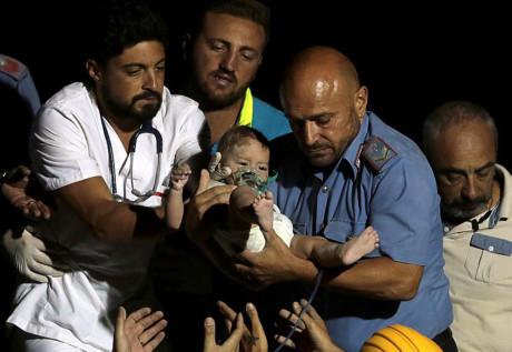 Bé 7 tháng tuổi sống sót kỳ diệu sau động đất ở Ischia (Italy) - Ảnh 1.