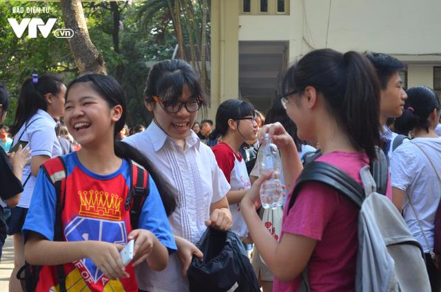 Hàng nghìn thí sinh bước vào kỳ thi tuyển lớp 10 THPT chuyên Ngoại ngữ - Ảnh 4.