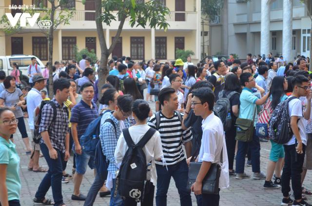Hàng nghìn thí sinh bước vào kỳ thi tuyển lớp 10 THPT chuyên Ngoại ngữ - Ảnh 3.
