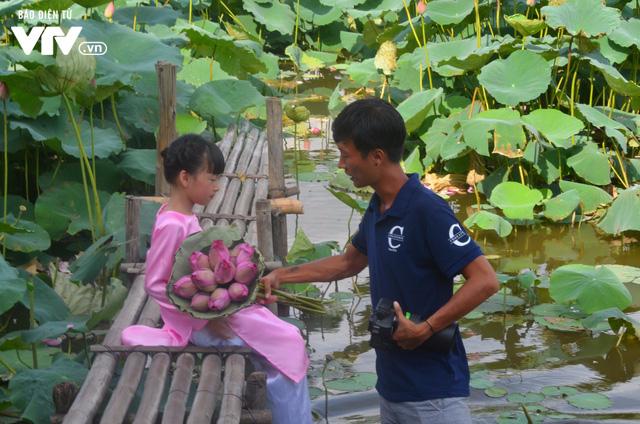 Giới trẻ nô nức chụp ảnh, thả dáng bên hồ sen nở rộ - Ảnh 9.