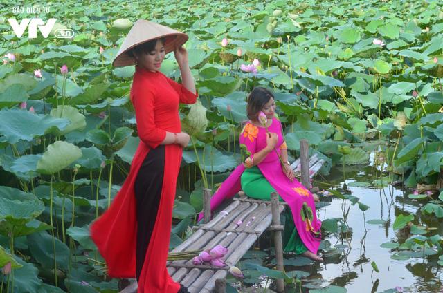 Giới trẻ nô nức chụp ảnh, thả dáng bên hồ sen nở rộ - Ảnh 11.