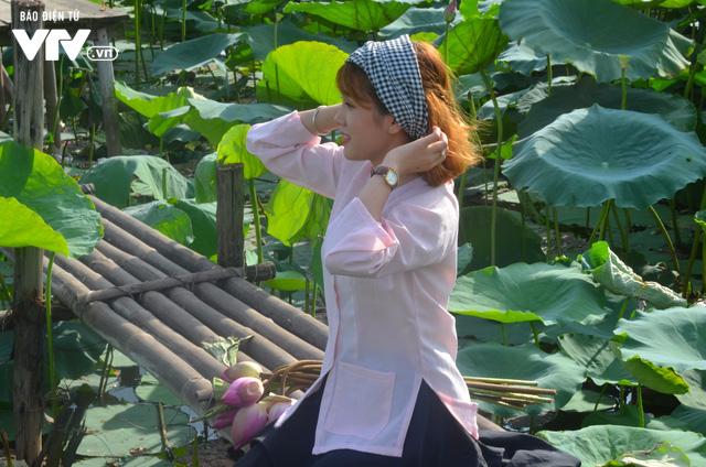 Giới trẻ nô nức chụp ảnh, thả dáng bên hồ sen nở rộ - Ảnh 2.