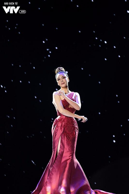 Chào 2018: Hồ Quỳnh Hương đẹp như một nữ hoàng - Ảnh 3.