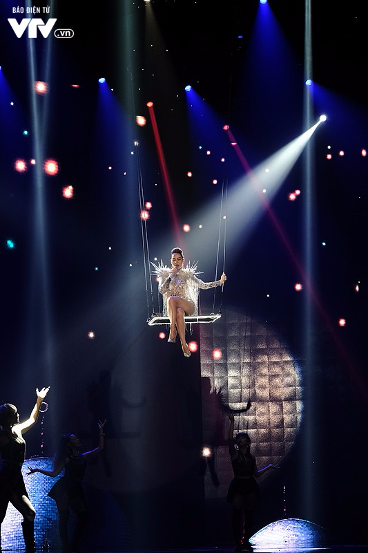 Thu Minh nóng bỏng ngồi xích đu xuất hiện lơ lửng trên sân khấu Chào 2018 - Ảnh 1.