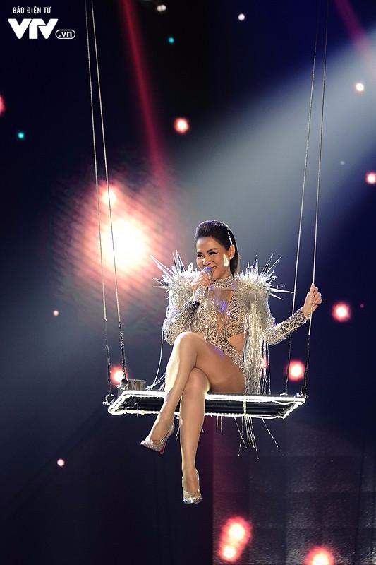 Thu Minh nóng bỏng ngồi xích đu xuất hiện lơ lửng trên sân khấu Chào 2018 - Ảnh 2.