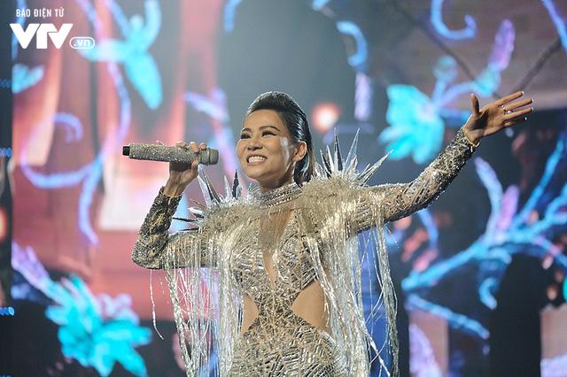 Thu Minh nóng bỏng ngồi xích đu xuất hiện lơ lửng trên sân khấu Chào 2018 - Ảnh 8.