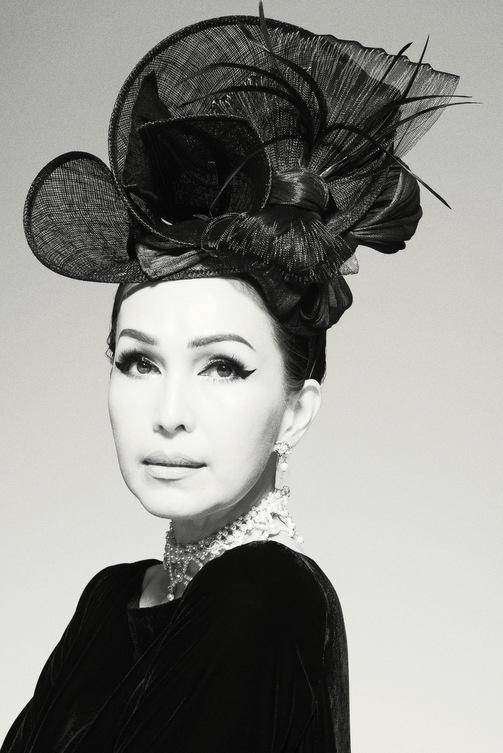Nữ hoàng ảnh lịch Diễm My quý phái trong bộ ảnh đen trắng - Ảnh 1.
