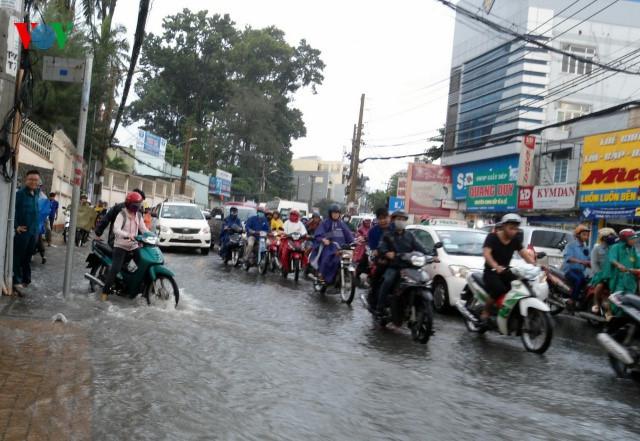 TP.HCM xuất hiện nhiều điểm ngập sau cơn mưa nhanh - Ảnh 1.