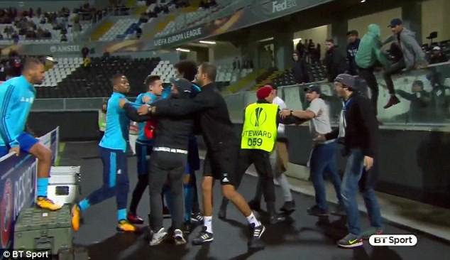 Tung cước vào mặt CĐV, Patrice Evra nhận ngay thẻ đỏ khi chưa ra sân - Ảnh 2.