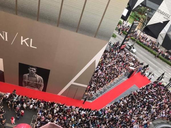 Song Joong Ki bị quây giữa biển fan ở Malaysia - Ảnh 1.