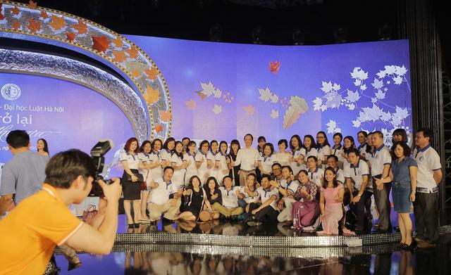Hơn 1.000 cựu sinh viên Khóa 20 Đại học Luật Hà Nội hội ngộ - Ảnh 6.