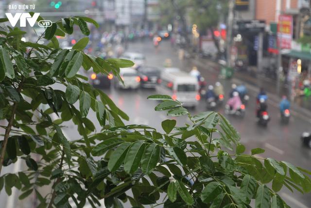 Hà Nội đón tiết trời như Sapa trong buổi sáng mưa lạnh - Ảnh 7.