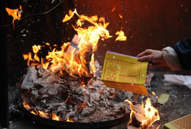 Giật mình về số vụ cháy do đốt vàng mã tại Hà Nội - Ảnh 1.