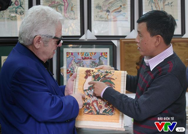 Cùng Đại sứ Hy Lạp khám phá hình tượng con gà trong tranh dân gian Việt Nam - Ảnh 5.