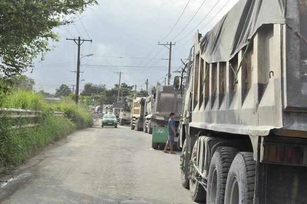 Đồng Nai: Dân dựng vật cản chặn xe tải hoành hành trên đường nội bộ dân sinh - Ảnh 1.