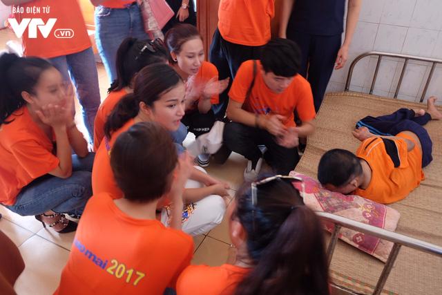 Thí sinh Sao Mai 2017 xúc động khi tới thăm Trung tâm điều dưỡng người có công với Cách mạng - Ảnh 2.