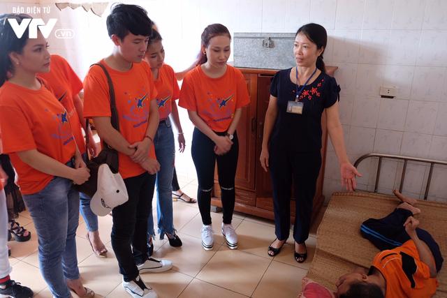 Thí sinh Sao Mai 2017 xúc động khi tới thăm Trung tâm điều dưỡng người có công với Cách mạng - Ảnh 3.