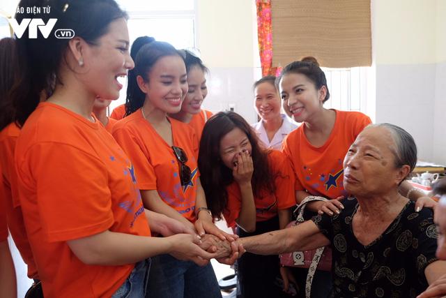 Thí sinh Sao Mai 2017 xúc động khi tới thăm Trung tâm điều dưỡng người có công với Cách mạng - Ảnh 12.