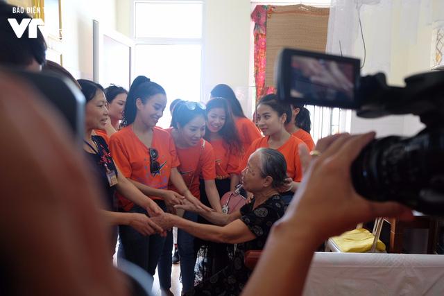 Thí sinh Sao Mai 2017 xúc động khi tới thăm Trung tâm điều dưỡng người có công với Cách mạng - Ảnh 13.