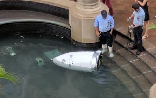 Robot chống đuối nước gặp nạn trong đài phun nước