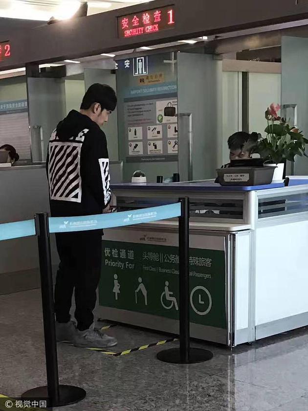Vợ sinh con trai, Châu Kiệt Luân nhanh chóng về Đài Loan - Ảnh 1.