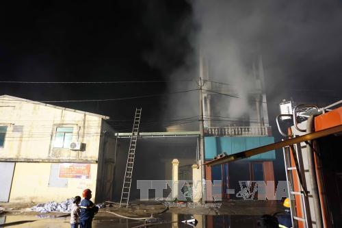 Cháy ngùn ngụt xưởng sản xuất giấy ở Bắc Ninh - Ảnh 1.