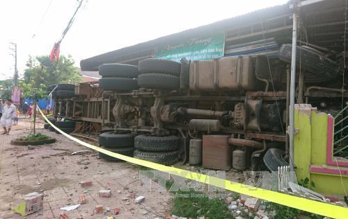 Xe container bị lật, đè sập phần trước của 3 căn nhà - Ảnh 2.