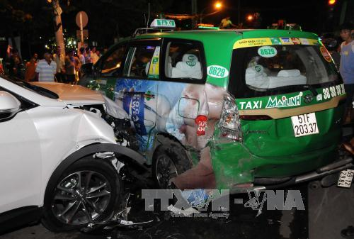 TP.HCM: 2 vụ tai nạn giao thông liên hoàn, nhiều người bị thương - Ảnh 1.