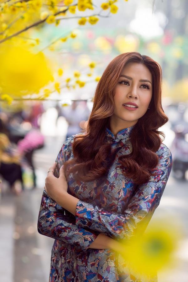 Hoa hậu biển Nguyễn Thị Loan duyên dáng khoe sắc bên mai vàng - Ảnh 3.