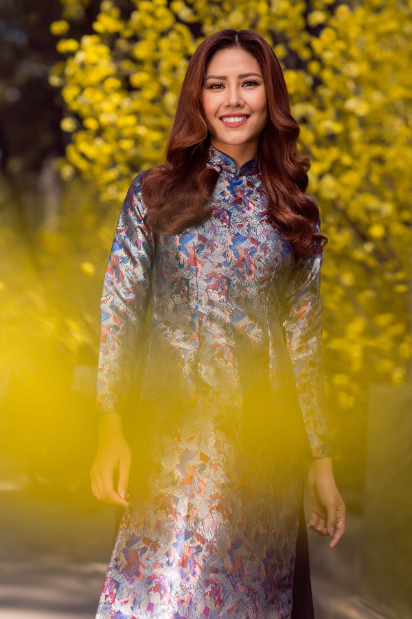 Hoa hậu biển Nguyễn Thị Loan duyên dáng khoe sắc bên mai vàng - Ảnh 2.