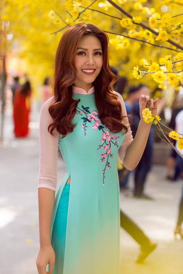 Hoa hậu biển Nguyễn Thị Loan duyên dáng khoe sắc bên mai vàng - Ảnh 10.