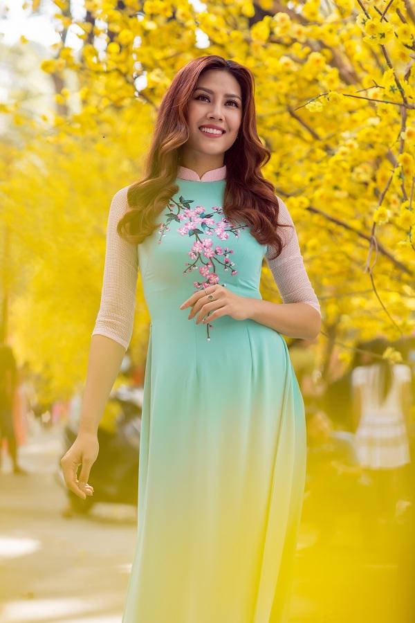 Hoa hậu biển Nguyễn Thị Loan duyên dáng khoe sắc bên mai vàng - Ảnh 9.