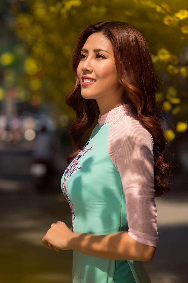Hoa hậu biển Nguyễn Thị Loan duyên dáng khoe sắc bên mai vàng - Ảnh 8.