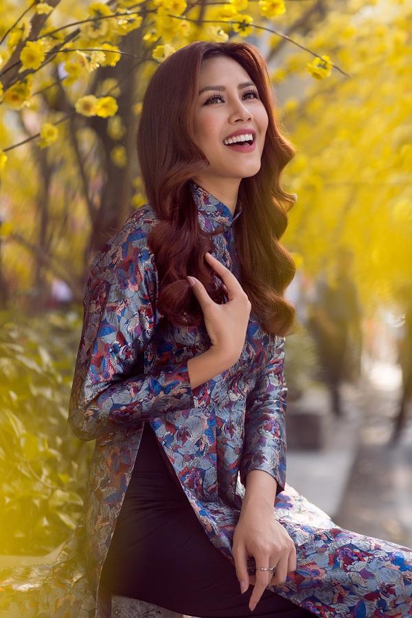 Hoa hậu biển Nguyễn Thị Loan duyên dáng khoe sắc bên mai vàng - Ảnh 1.