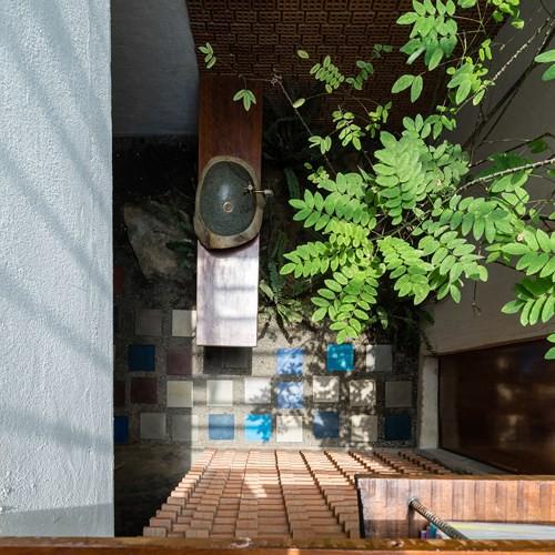 Căn nhà mái ngói yên tĩnh nhờ thiết kế độc đáo bên đường cao tốc - Ảnh 8.