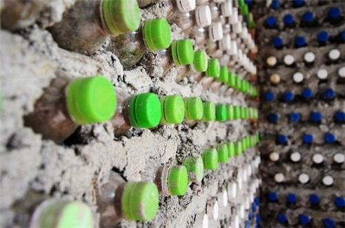 Độc đáo ngôi nhà 10m2 từ 8.800 vỏ chai nhựa - Ảnh 2.