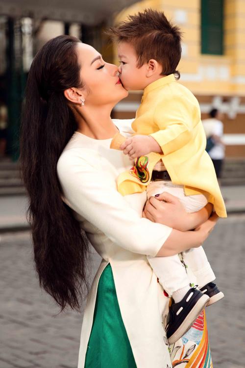 Nhật Kim Anh cùng con trai cưng diện áo dài dạo phố - Ảnh 1.