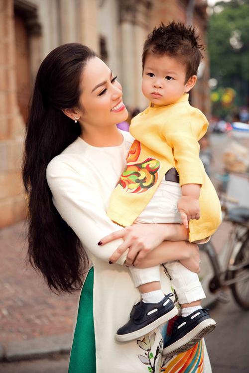 Nhật Kim Anh cùng con trai cưng diện áo dài dạo phố - Ảnh 2.