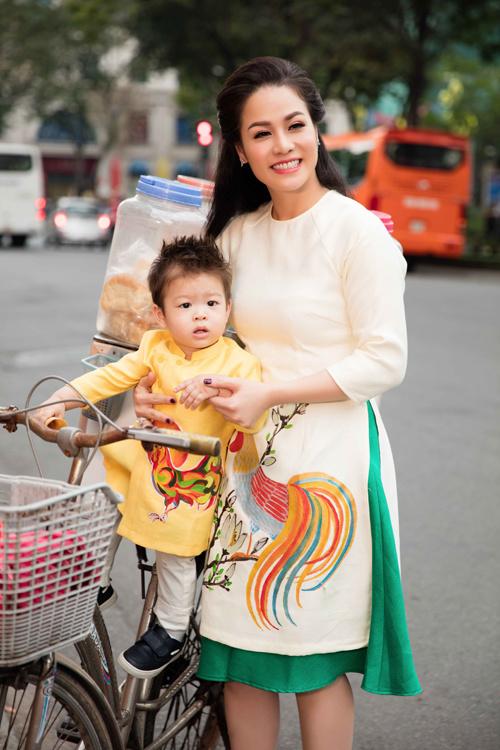 Nhật Kim Anh cùng con trai cưng diện áo dài dạo phố - Ảnh 3.