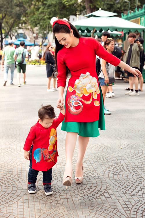 Nhật Kim Anh cùng con trai cưng diện áo dài dạo phố - Ảnh 5.