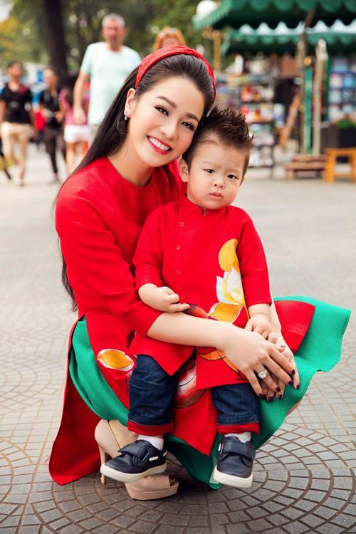 Nhật Kim Anh cùng con trai cưng diện áo dài dạo phố - Ảnh 4.