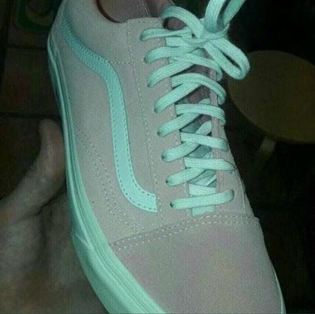 Đố bạn biết chiếc giày này màu gì? - Ảnh 1.
