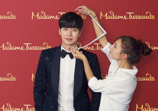 Park Hae Jin hào hứng đo đạc để làm tượng sáp - Ảnh 1.