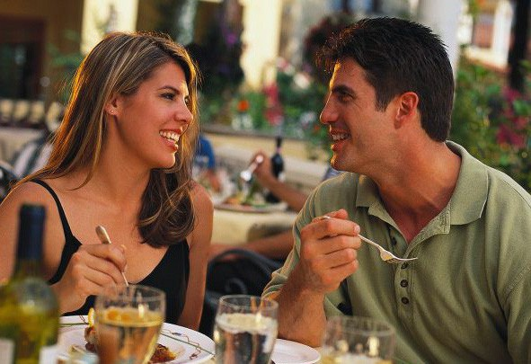 Những dấu hiệu nhận biết chàng muốn quan hệ bạn bè tiến thêm bước nữa - Ảnh 3.