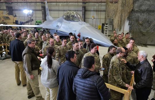 Phó Tổng thống Mỹ bất ngờ thăm Afghanistan - Ảnh 1.