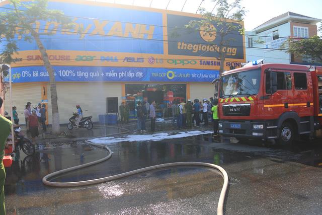 Cháy siêu thị điện máy Xanh ở Đà Nẵng - Ảnh 1.