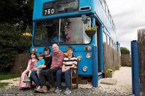 Độc đáo ngôi nhà sang trọng và tiện nghi trên chiếc xe buýt hai tầng - Ảnh 1.