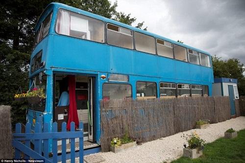 Độc đáo ngôi nhà sang trọng và tiện nghi trên chiếc xe buýt hai tầng - Ảnh 2.