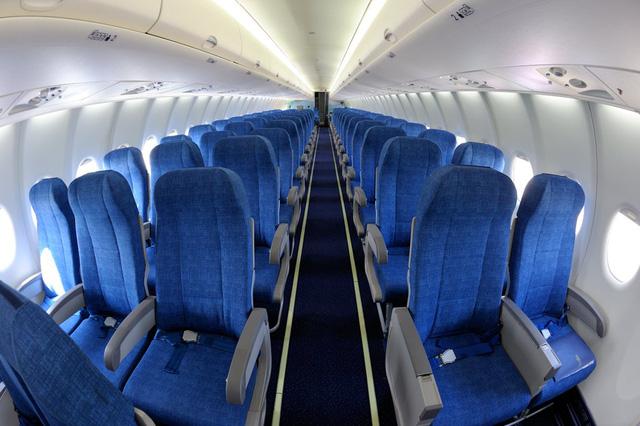 Tại sao nội thất bên trong máy bay hầu hết đều thiết kế màu xanh? - Ảnh 1.