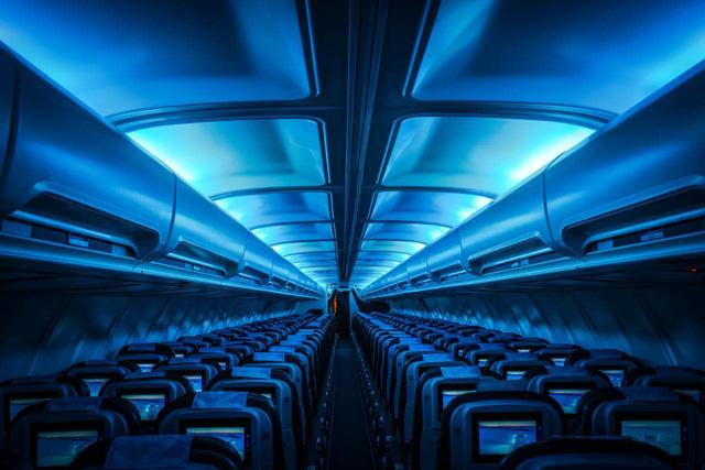 Tại sao nội thất bên trong máy bay hầu hết đều thiết kế màu xanh? - Ảnh 2.